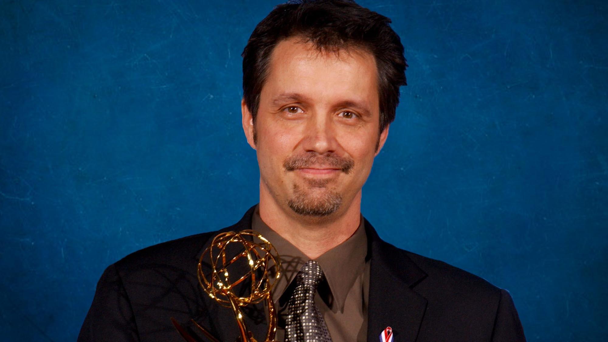 Alex Reid en 2001, lors de sa victoire de l'Emmy Award pour son scénario de l'épisode