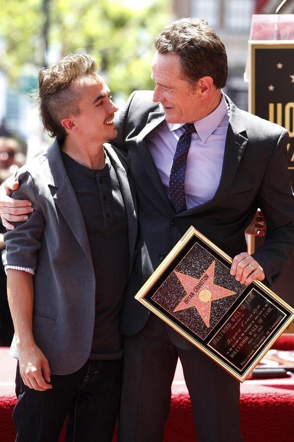 Frankie Muniz et Bryan Cranston lors de l'inauguration de l'étoile de Bryan Cranston sur Hollywood Boulevard.