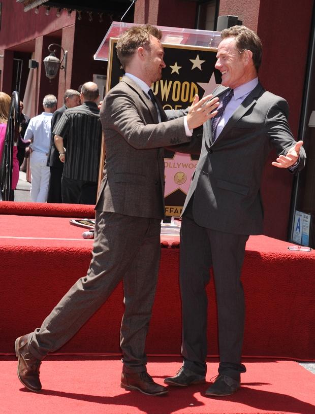 Aaron Paul et Bryan Cranston lors de l'inauguration de l'étoile de Bryan Cranston sur Hollywood Boulevard.