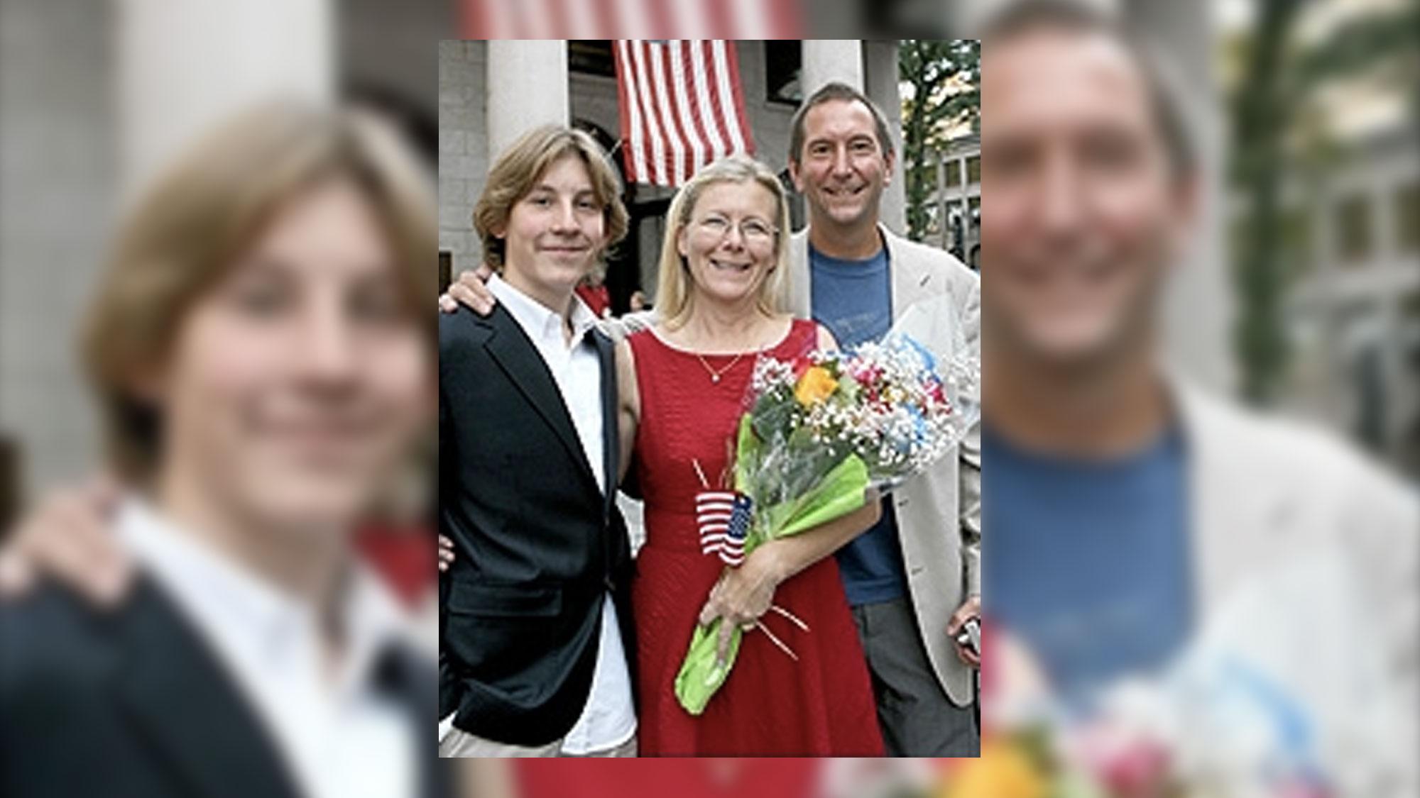 Ann Sullivan, entourée d'Erik Per Sullivan et de Fred Sullivan lors de sa naturalisation américaine.