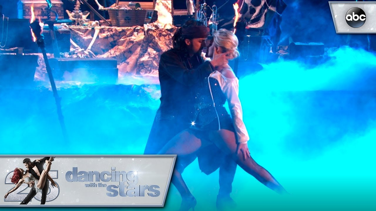 Frankie Muniz et Witney Carson dansent le tango dans <em>Dancing With The Stars</em>