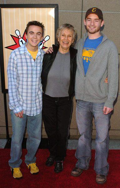 Frankie Muniz, Cloris Leachman et Christopher Masterson à la célébration du 100e épisode de