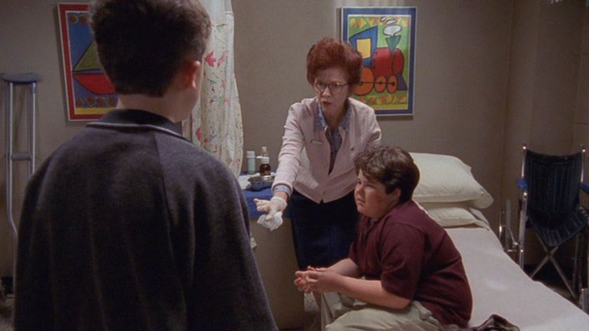 Frankie Muniz (Malcolm), Annie O'Donnell (infirmière), et Robert Grovich (Kevin) dans