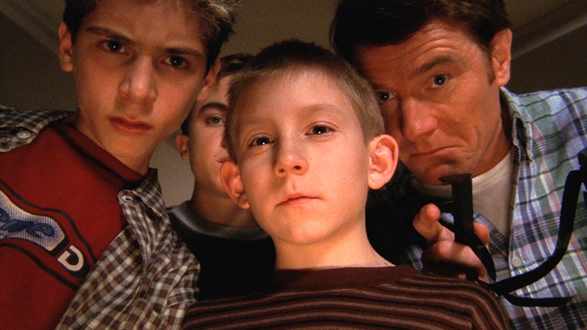 Justin Berfield (Reese), Frankie Muniz (Malcolm), Erik Per Sullivan (Dewey) et Bryan Cranston (Hal) et dans