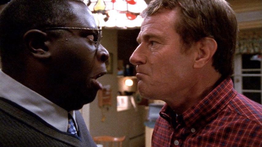 Gary Anthony Williams (Abe Kenarban) et Bryan Cranston (Hal) dans
