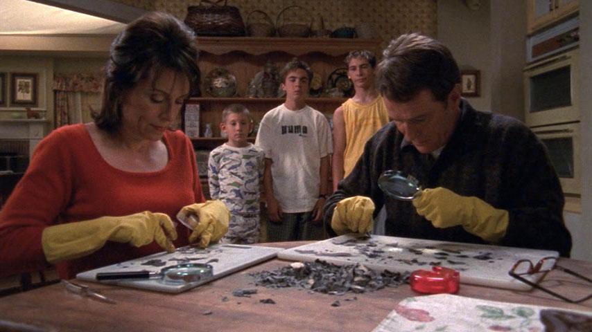 Jane Kaczmarek (Lois), Erik Per Sullivan (Dewey), Frankie Muniz (Malcolm), Justin Berfield (Reese) et Bryan Cranston (Hal), dans