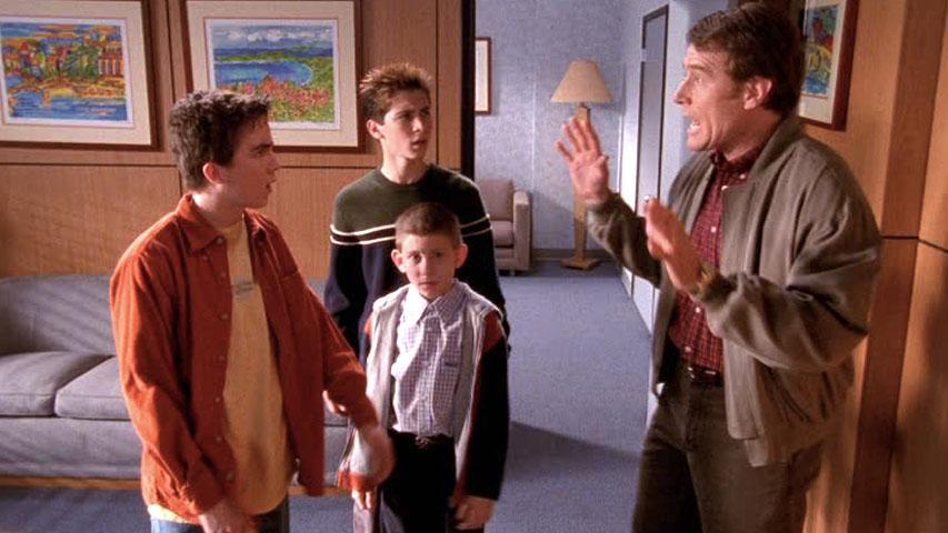 Frankie Muniz (Malcolm), Justin Berfield (Reese), Erik Per Sullivan (Dewey) et Bryan Cranston (Hal) dans