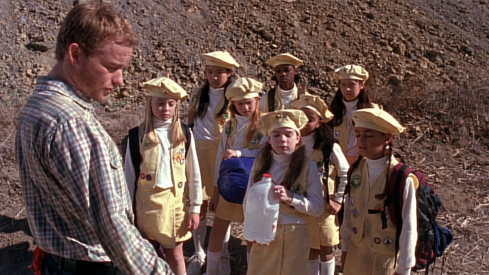 Christopher Masterson (Francis), Hayley Erin (Bouton d'Or #1), Tianna Danielle Kenney (Bouton d'Or #2), Alyssa Monka (Bouton d'Or #3), Montana Tsai (Bouton d'Or #4), Gracie Markland (Bouton d'Or #5) et Chanel Gaines (Bouton d'Or #6) dans
