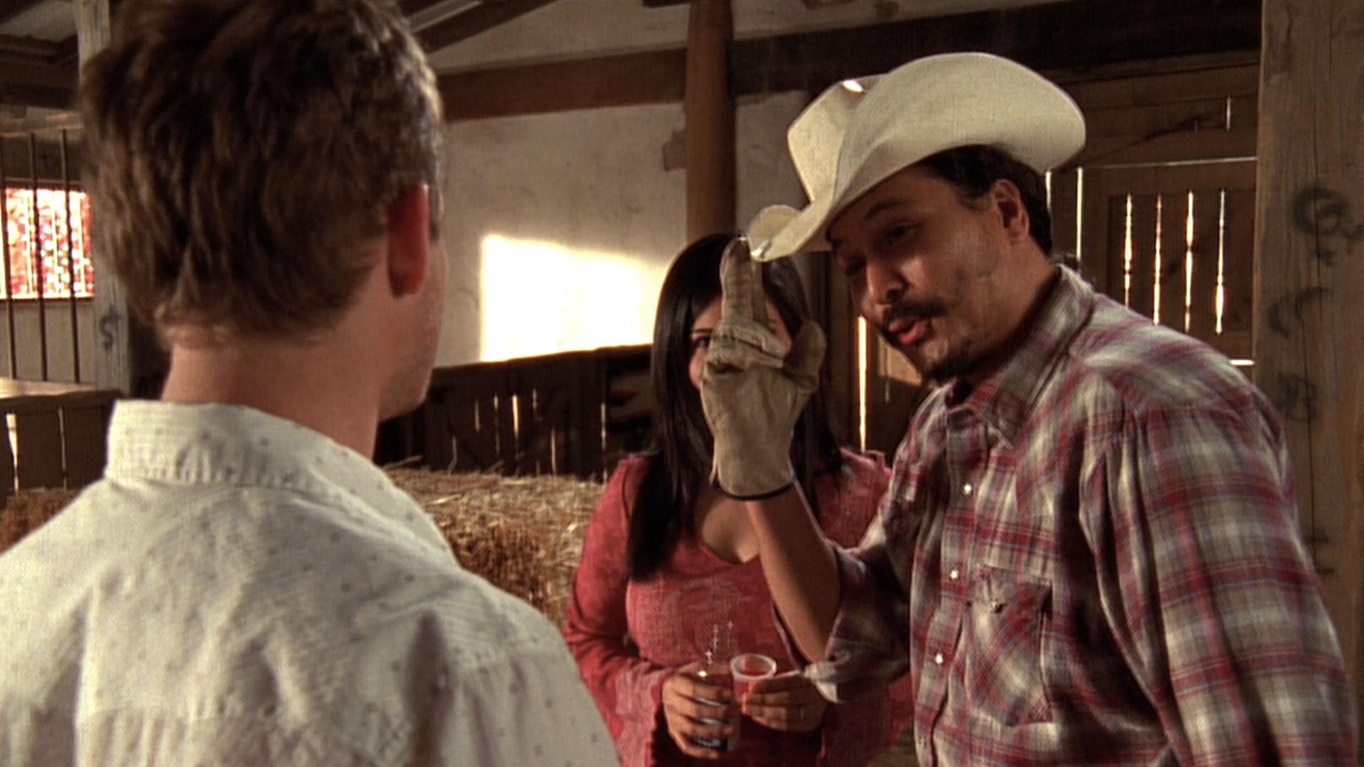 Christopher Masterson (Francis), Emy Coligado (Piama Tananahaakna) et Gino Montesinos (ouvrier du ranch #1) dans