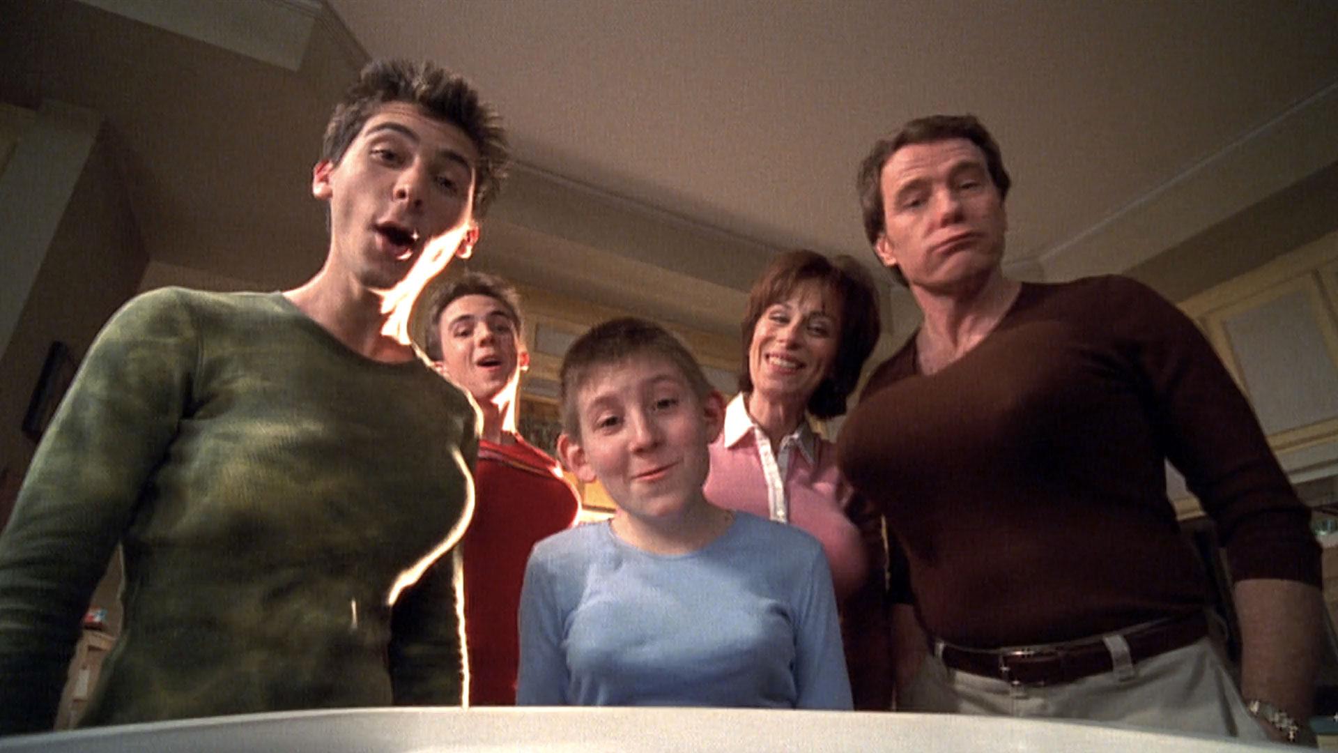 Justin Berfield (Reese), Frankie Muniz (Malcolm), Erik Per Sullivan (Dewey), Jane Kaczmarek (Lois) et Bryan Cranston (Hal) dans